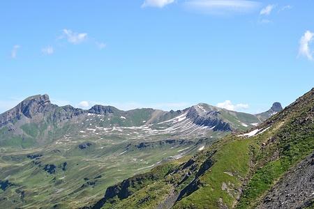 Der Grat kommt in Sicht. Links Magerrain, mitte Wissmilen mit Gipsgrat und rechts Spitzmeilen.