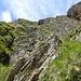 Nach dem Abstieg zurück auf die richtige Route: Rechts hoch nix gut, links über den steilen Rasen gehts am einfachsten.