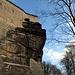 Auf dem Weg unter den Felsen der Festung