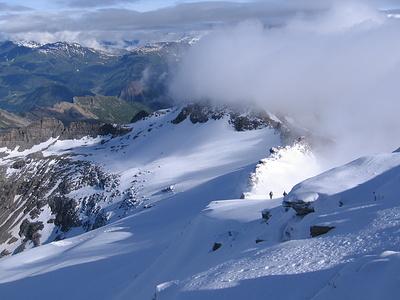 Le nuvole che coprono completamente il Rheinwald e la Läntatal a volte riescono a passare la cresta spartiacque.