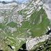 Blick runter zum Flis Schafboden - von dort führt ein von [u Ivo66] neu belebte [http://www.hikr.org/tour/post68172.html alte Route] hier herauf - Späteres [http://www.hikr.org/gallery/photo1490383.html?post_id=82848#1 Foto] von unten