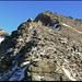 Dem Grat entlang zum Gipfel. Im Hintergrund der Vogelberg (3172 m).
