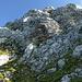 Unter dem felsigen Gipfelaufbau des Brenleire NE-Grats: Abstieg von links nach rechts