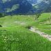 Unsere Route verlässt unten vor dem Abbruch den Grasrücken nach rechts in die Bachrunse.