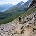 Angelo agevolmente in discesa sul ghiaioso sentiero