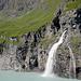 Auf auf der anderen Talseite donnern die Wassermassen in den See