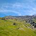 Blick nach oben in Richtung Col du Giétro fast 1000 Hm weiter oben. Etwas rechts des Col ist die Grasrampe zu erkennen, die ich anpeile