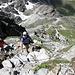 <b>È un sentiero, provvisto in alcuni tratti di catene di sicurezza, che metterà a dura prova le decine e decine di escursionisti che incrocio sul percorso.</b>