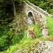 Die Brücke von Merisciolo mit Weg auf die Alpe Stabiello