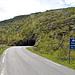 Tourbeginn ist am Nordportal des Straßentunnels nach Husøy. Links entlang der Stromleitung geht es aufwärts.