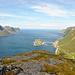 Am Ende des Berrgmassives Riven hat man einen perfekten Ausblick auf die Insel Husøy mit dem gleichnamigen Fischerdorf. In der Bildmitte ist wieder Atlantik pur.