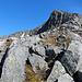 Der Pass ist erreicht und auf diesen Grat geht es auf immer sichtbarem Weg teilweise steil empor zum Gipfel.