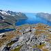 Der Mefjord ist beim Abstieg vom Kjoerakeisen ständig präsent.