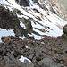 <b>I bollini rossi mi portano ulteriormente in direzione SW su affioramenti di roccia e nevai fino alla sella posta a circa 3053 m di quota. Qui comincia il bello: mi affaccio su un canalone sassoso, in parte innevato, la cui pendenza non può essere fedelmente rappresentata da nessuna foto. </b>