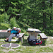 Rast beim rauschenden Wasserschloss. Kurz vor dem Schiessbach begegnen wir der Besitzerin des verlassenen Rucksacks.