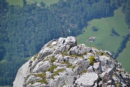 Zoom zum Gipfelkreuz des Rässegg.
