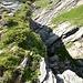 Der tiefe tektonische Graben, entlang der rotweiss markierte Weg zur Capanna Alpe Sponda führt