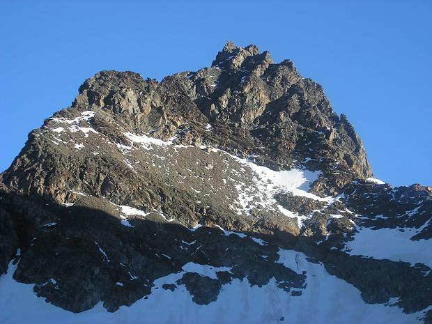 Der Gipfel des Schwabenkopfs liegt hinter den sichtbaren Felsen.