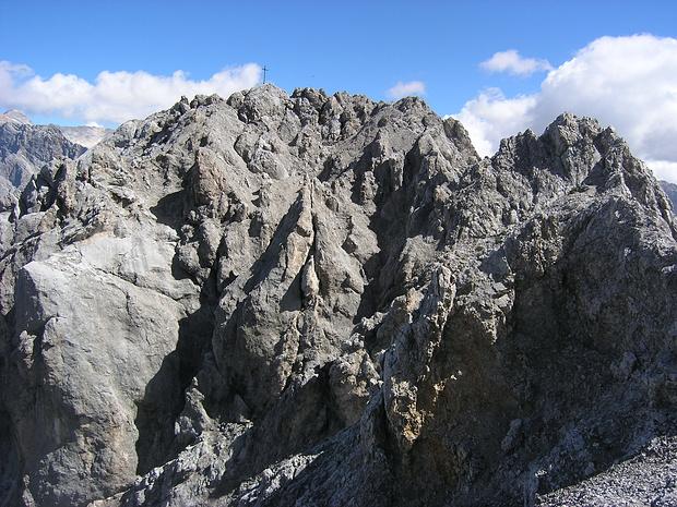 Der Gipfel des Breitenkopfs ist sichtbar geworden. Die Felsen sehen nicht einladend aus!