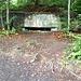 Man trifft genau dort auf den Gratweg (Treppenweg), wo sich ein alter Bunker befindet. Hat man diesen im Rücken, sieht erkennt man auch den Einstieg gut, falls man den Friesenburgpfad im Abstieg begehen will