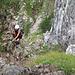 Das Gelände ist im größten Teil des Steiges ähnlich wie hier: Gras, Schrofen, Erde, und auch nach längeren Trockenperioden meist recht schmierig naß.