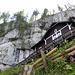 Die Kapelle steht an recht ausgesetztem Platz direkt unterhalb einer Felswand.