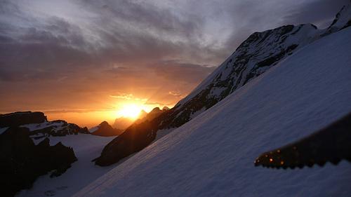 Alpinistenglück: zufällig richtig stehender Pickel im Sonnenaufgang neben dem Eiger