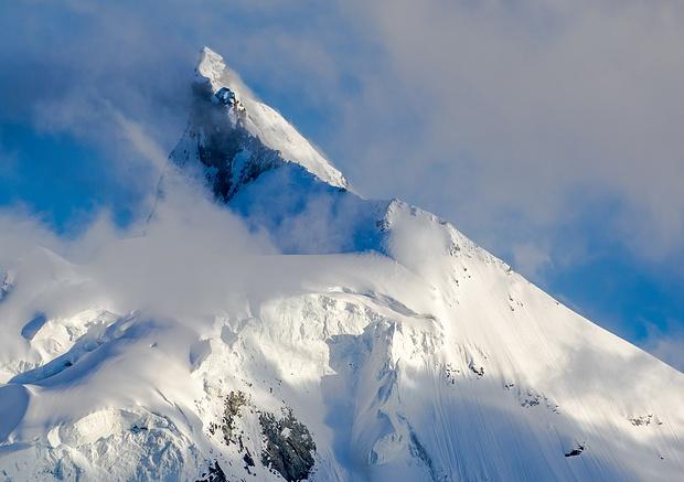 Ein paar letzte Wolkenfetzen verleihen dem kühnen Gipfelaufbau des Zinalrothorn etwas Mystisches. Der Nordgrat, den ich [http://www.hikr.org/tour/post68539.html letztes Jahr mit einem Freund bestiegen habe] ist momentan stark mit Neuschnee angezuckert.