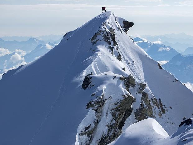 Blick von der Scharte zwischen den beiden Gipfeln des Bishorn auf den etwas niedrigeren Ostgipfel. Das Wetter hatte sich jetzt ganz in unserem Sinne entwickelt.