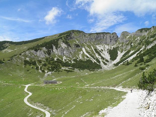 Bärenjoch ganz links, in der Mitte der namenlose höchste Punkt 1860m, weiter rechts der Abbruch im Grat