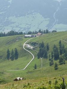 Blick hinunter zur Vazer Alp und dem Parkplatz.