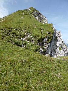 Nordostgrat auf den Rossfallenspitz. Fels wechselt mit Rasen.