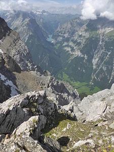 Luggen-Napoleon: Kurz auf dem Westgrat von P. 2702. Vättis direkt unter den Fersen.