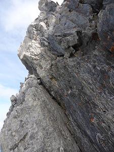 Napoleon-Haldensteiner Calanda: Erklettern des leicht überhängenden ersten Felsaufschwungs der Gipfelfelsen.