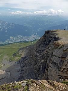 Bergwanderweg vom Haldensteiner Calanda zur Calandahütte SAC (auf der grossen Alpweide) und darunter Chur.