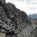 Napoleon-Haldensteiner Calanda: An den Gipfelfelsen des Haldensteiner Calanda. Unten eine Wegspur zur grossräumigen Umgehung der IIIer Kletterei.
