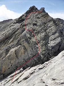 Napoleon-Haldensteiner Calanda: Blick vom Napoleon hinunter in die Scharte P. 2706, auf dessen Höhe man fast abseilt. Dann der schattige Sims und den Schuttaufstieg bis an die Gipfelfelsen.