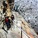Gesicherter Steig hinab zum Gornergletscher. Über den Gletscher führt der einfache und Markierte Hüttenweg zur Monte-Rosahütte.