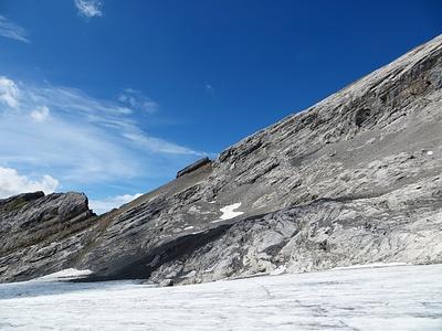 Der tiefste Punkt links ist das Furggeli. Gut sieht man den schuttigen Aufstieg vom Gletscher. Dann in der Bildmitte die markante Scharte vor der man den ersten Felsteil umgeht.