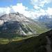 Der Blick hinüber zum Piz Alv, ins Val da Fain und zur Station Bernina Diavolezza RhB unten an der Berninapass-Strasse. Ganz hinten der Lago Bianco am Übergang ins Puschlav.