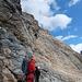 Am Bergschrund beim Einstieg und Kette. Heinz erzählte, dass der Firn da schon rund drei Meter tiefer war und er leicht hochspringen musste, um die Kette zu erreichen. Auch so waren die ersten 1,5m schon fast senkrecht und der Felsen glatt.