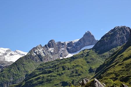 Der Bächistock mit dem Bächihorn im Nordwestgrat.