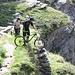 auch Mountainbiker nutzen den Weg, allerdings mit erhöhtem Materialverschleiß (links), der Kollege rechts testet derweil die Bremsen