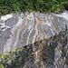 Magnifici massi marezzati si trovano alla base della scogliera della Cima di Cazzai.