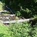 Il ponte sospeso sul rio Foicia. Passato il ponte, si trova il bivio con il sentiero percorso all'andata.
