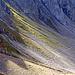 Blick von der Passhöhe zurück auf den Weg, der in die steile Schutthalde führt.