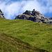 """Bequem auf Gras gebettet: Im Zustieg zur Fergenhütte zeigt sich der Fergekegel ein erstes Mal. <br /><br /><em>""""Dabei steht linker Hand — im Verborgenen — eine Berggestalt, die jeden Kletterer begeistern wird, ein Kletterberg, von dem Gustav Walty im Jahrbuch 1909 schrieb: « dass es wohl der schwierigste Kletterberg der ganzen Silvretta-Litzner-Gruppe sei ». Diese Beschreibung war es denn auch, die meine Neugierde weckte.""""</em>"""