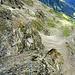"""... plattig bis unter den Gipfelkopf. <br /><br /><em>""""Der Grat legt sich zurück, und, kaum können wir 's glauben, der Gipfelsteinmann taucht auf.""""</em>"""