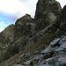 """Rückblick aus der nordseitigen Querung in die Rot Furgga und auf den (Nord)Westgrat<br /><br /><em>""""Der Nordwestgrat, Normalweg auf den Fergenkegel. Auch diese Route bietet schöne Kletterei.""""</em>"""