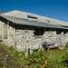 Zvieripause (ist zwar schon 17 Uhr, macht aber nichts) bei dieser grossen, aber momentan verlassenen Hütte